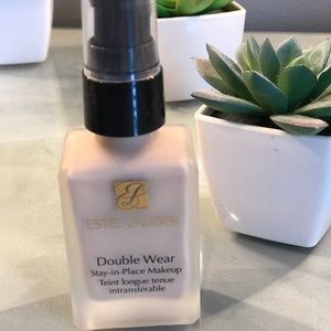 Estée Lauder Double Wear Foundation 1N1 Ivory Nude
